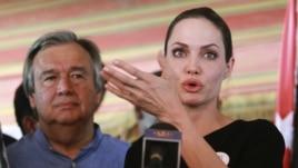 Angelina Jolie pranë refugjatëve në Jordani