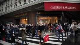 Shitjet me rastin e festave nëpër botë