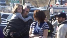 Para orangtua menjemput anak-anaknya dari Sekolah Dasar Sandy Hook, Newton, Connecticut, menyusul penembakan yang terjadi. (Foto: Reuters)
